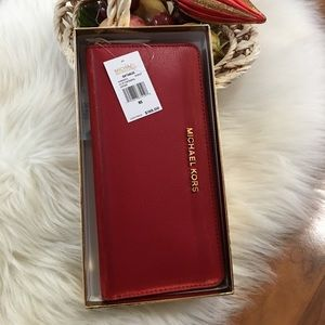Michale Kors gift-table LG continental wallet